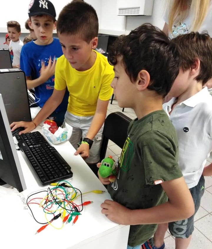 foto di bambini al computer