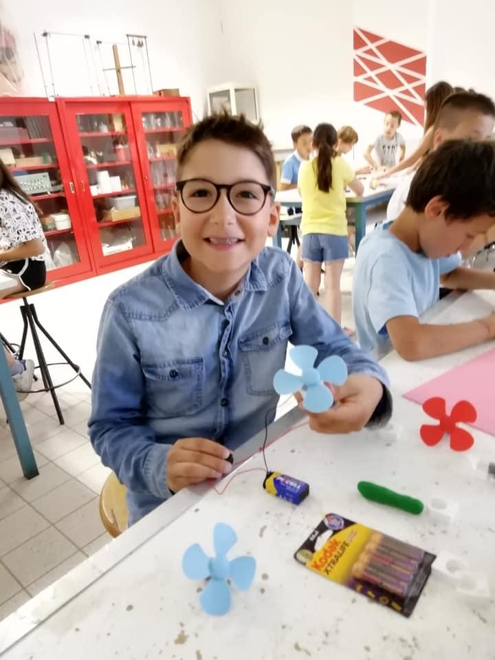 foto di bambino sorridente che gioca e progetta