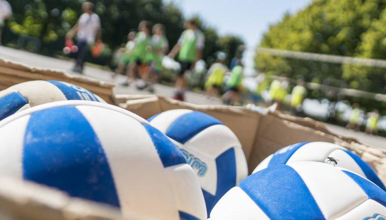 foto palloni e bambini in contesto sportivo