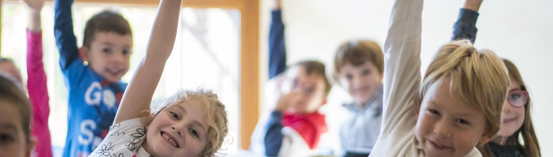 immagine bambini felici con mani alzate