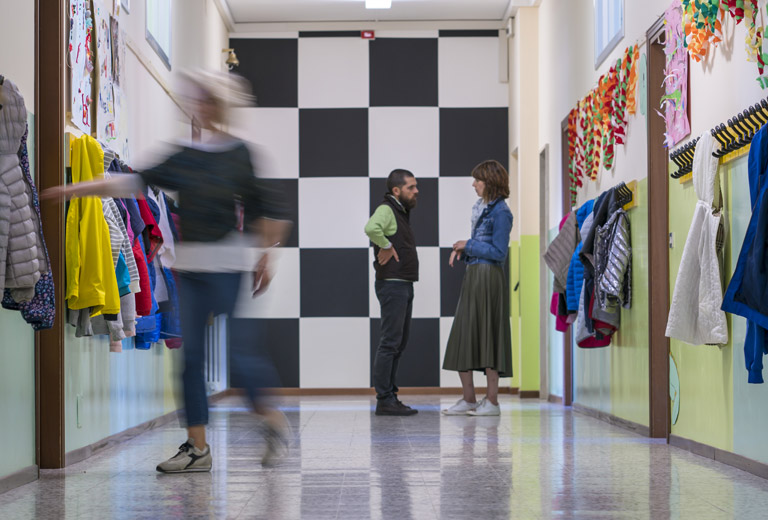 foto conversazione tra genitore e insegnante