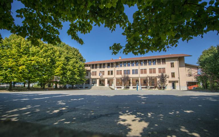 foto della scuola con giardino