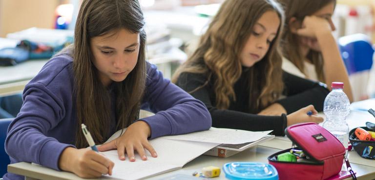 ragazze svolgono i compiti