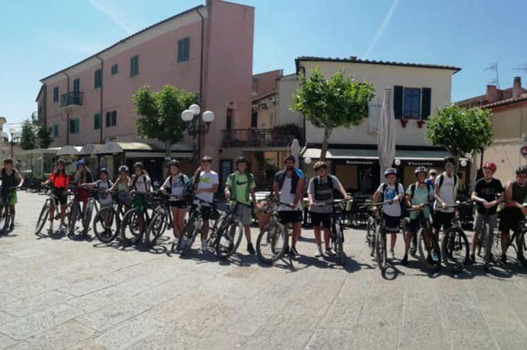foto ragazzi in posa in bici al sole