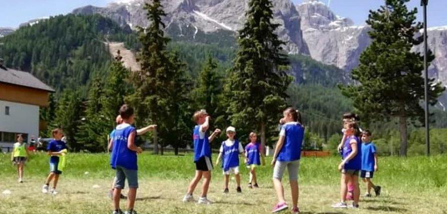 bambini giocano in montagna a Corvara