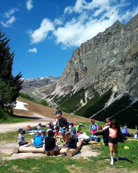 bambini in ricreazione in montagna a Corvara