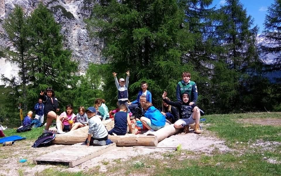 bambini in cerchio in montagna per vacanza a Corvara