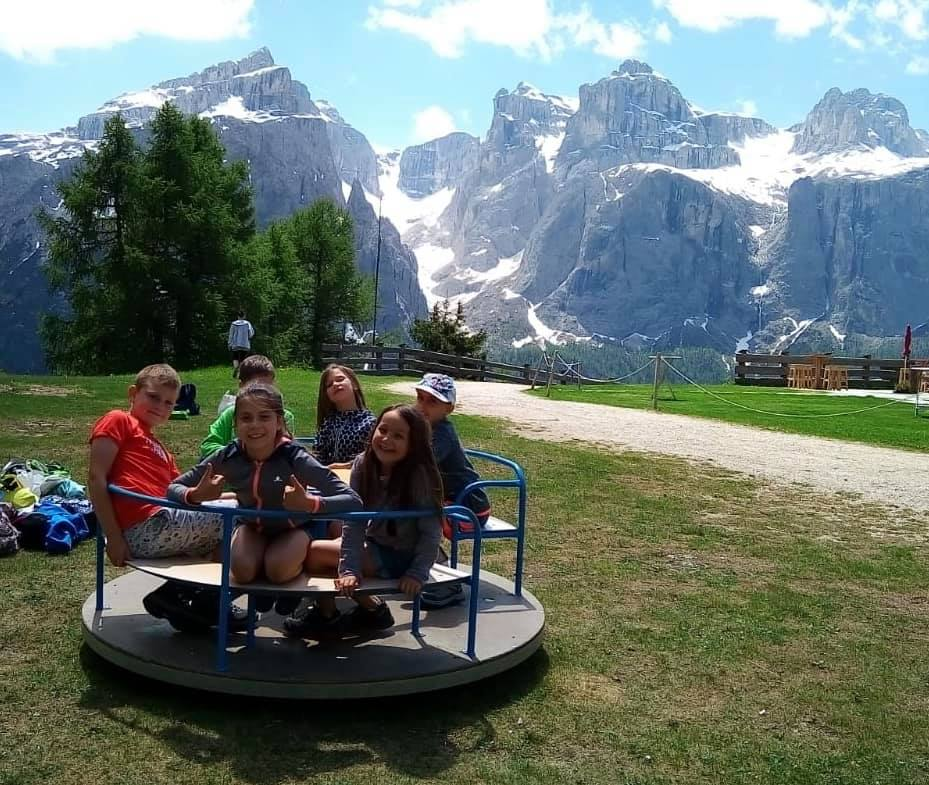bambini giocano a Corvara in montagna