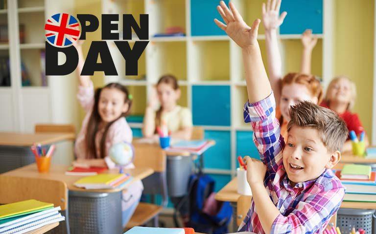 immagine open day con bambini sui banchi e mani alzate